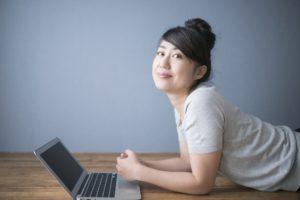 ブログを書く女性