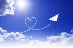 青空に飛ぶ紙飛行機